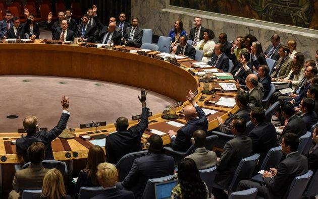 Embajadores de la ONU votan durante una reunión del Consejo de Seguridad sobre Corea del Norte en la ciudad de Nueva York. Foto: Reuters
