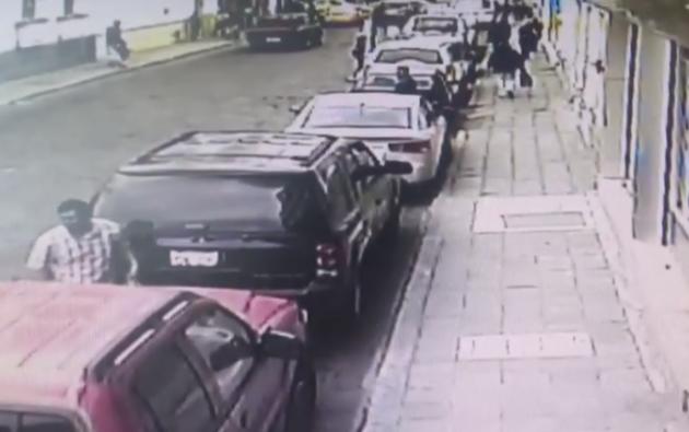 La víctima se baja preocupada a revisar que acontecía, dejando la puerta abierta sin seguro. Foto: Internet
