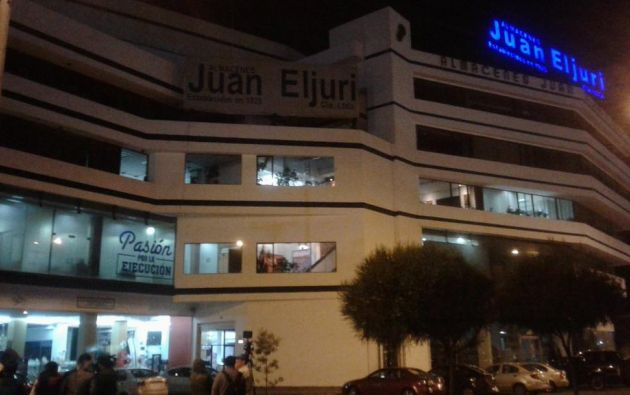 Durante el operativo en el inmueble del grupo empresarial Eljuri, los uniformados sacaron documentación en cartones. Foto: @Asuquisupa
