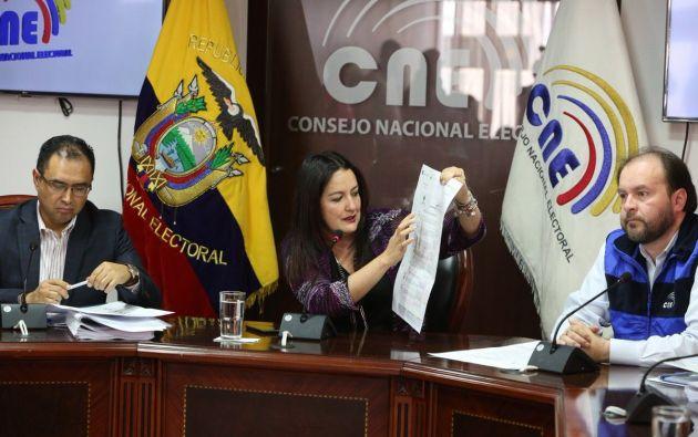 Según explica la consejera Ana Marcela Paredes, la papeleta será en formato A3, con trama de colores para que los electores puedan diferenciar las 7 preguntas. Foto: CNE