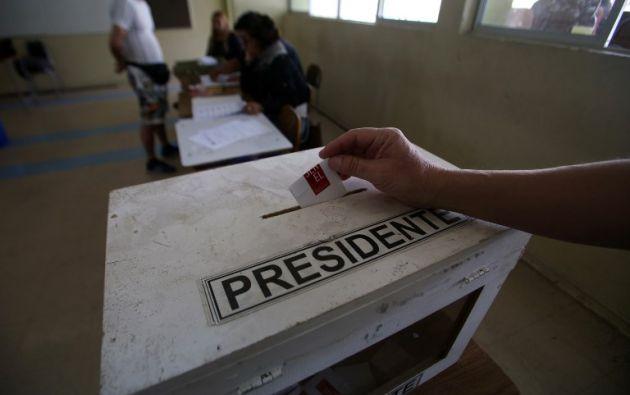 El derechista Sebastián Piñera y el progresista Alejandro Guillier, que se enfrentan este domingo en la segunda vuelta de las elecciones presidenciales chilenas. Foto: AFP