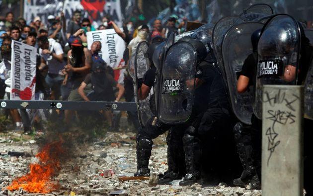 La reforma se aprobó tras una sesión en la que predominaron los discursos críticos, con fuertes disturbios en la calle que causaron más de un centenar de heridos. Foto: Reuters