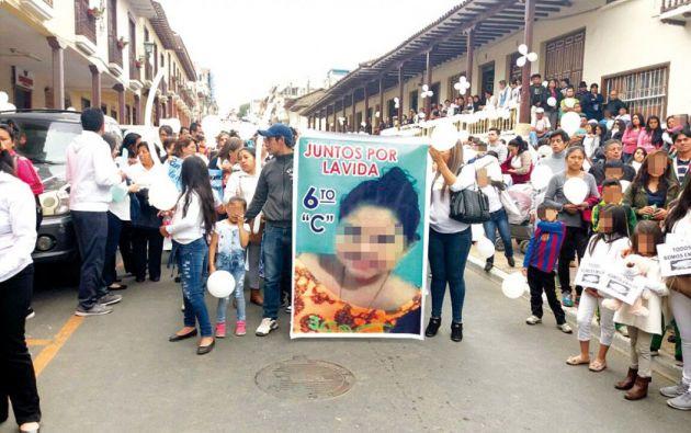En la tarde de este miércoles 20 de diciembre de 2017, ciudadanos de Loja recorrieron las calles en una marcha de rechazo por el crimen de la pequeña Emilia. Foto: @diariopinion