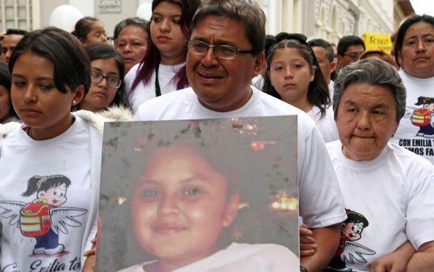 Seis días después de la desaparición de la pequeña Emilia, los padres y demás familiares recibieron el féretro con sus restos. Foto: @ghidalgoandrade