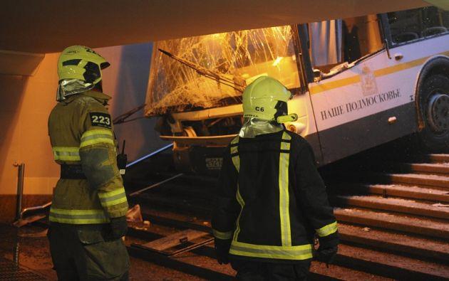 En imágenes difundidas por la televisión rusa se veía cómo el autobús se dirigía lentamente hacia las escaleras que conducen al pasaje subterráneo. Foto: Reuters
