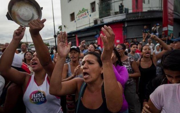 Centenares de venezolanos han protestado estos días al incumplir el Gobierno chavista su compromiso de entregar perniles a precio subsidiado. Foto: Internet