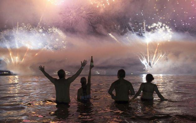 RIO DE JANEIRO, Brasil.- Personas se congregaron en la playa Copacabana para recibir el año nuevo. Foto: AFP.