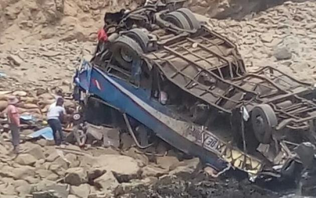 El autobús cayó a un abismo de unos 100 metros luego de ser impactado por un camión. Foto: Infinita