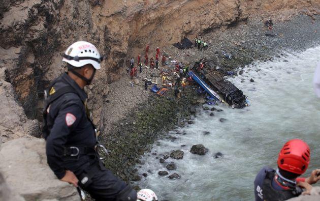 """El accidente se produjo en la carretera Panamericana Norte, a unos 45 kilómetros de Lima, en una zona conocida como """"La curva del diablo"""". Foto: Reuters"""