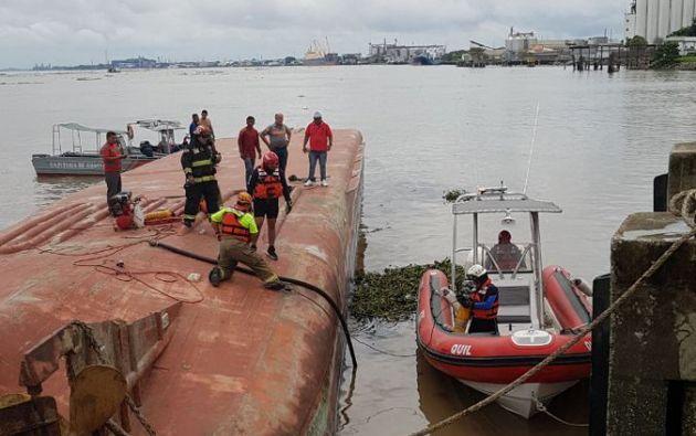 A las labores se unieron buzos para tratar de verificar la posición del buque. Foto: Cups Fire
