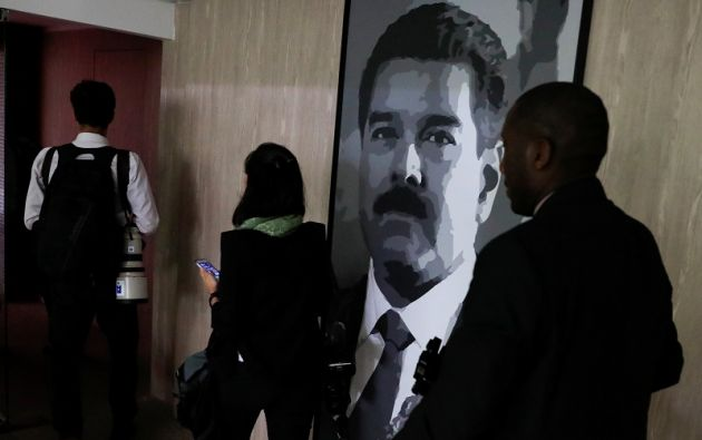 """Mientras tanto, sectores políticos y sociales contrarios al Gobierno celebraron el martes un multitudinario acto llamado """"Venezuela no se rinde"""". Foto: Reuters"""