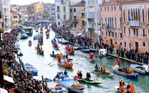 Venecia --con 265.000 habitantes frente a 24 millones de visitantes anuales-- limita el acceso de su laguna a los inmensos barcos de crucero.