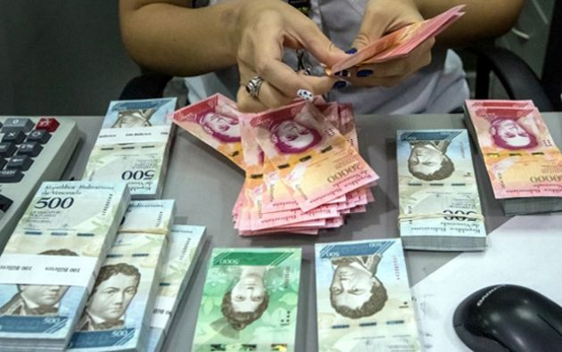 """El gobierno sostiene que busca atajar la acelerada alza del """"dólar negro"""", cuya tasa multiplica por seis a la oficial."""