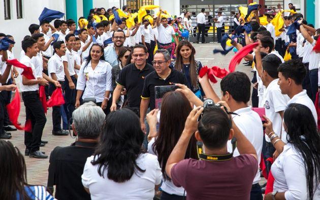 El ex ministro de educación Augusto Espinosa, hoy asambleísta con Alianza País, entrando al colegio Réplica Aguirre Abad, donde hay cuatro docentes acusados de abuso sexual. A su izquierda, la entonces rectora Patricia Cuenca, nombrada sin concurso.