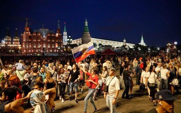 Los gritos, a ratos resultaba abrumadores, pero en la noche de domingo ninguno de los reunidos en las calles céntricas de Moscú estaba dispuesto a guardar silencio. Foto: Reuters