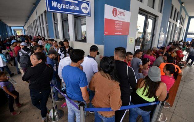 La obligación de presentar pasaporte para ingresar a Perú entró en vigor a las 00H00 locales. Foto: AFP