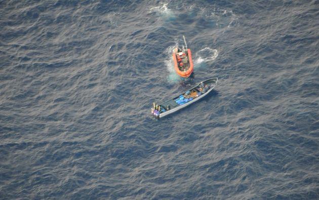 Se logró la interdicción de una lancha rápida con tres motores, que navegaba en aguas internacionales cercanas a las Islas Galápagos. Foto: @MinInteriorEc