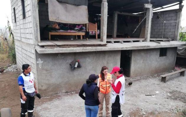 Personal de la SGR en la entrega de asistencia humanitaria a las familias de varios sectores urbanos y rurales de Chillanes. Foto: @Riesgos_Ec