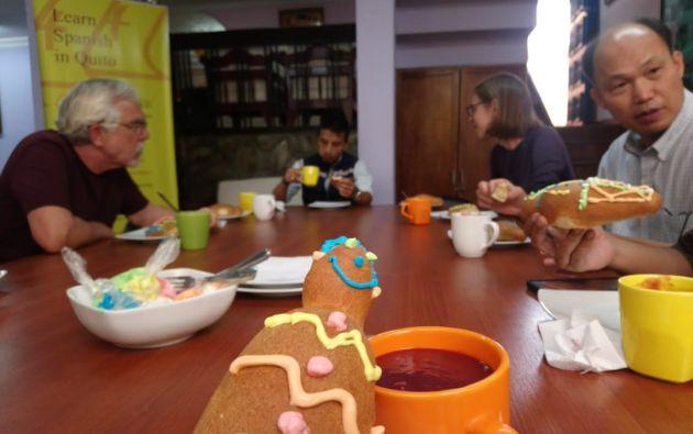 QUITO, Ecuador.- La tradición de las 'guaguas de pan' y la colada morada es popular en Ecuador. Foto: Tomado de Escuela Colón.