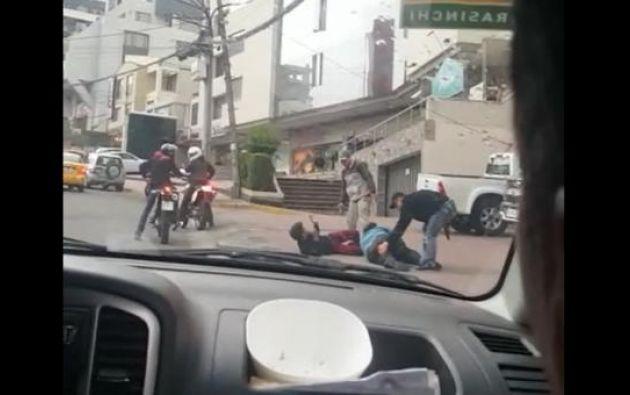 En el video se observa cómo un par de individuos agreden en el suelo a dos transeúntes y les roban sus pertenencias. Foto: Captura de pantalla
