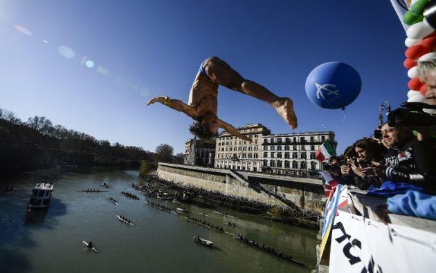 TÍBER, Italia.- Bañistas desafiaron el frío y le dan continuidad a la tradición con más de 70 años de historia. Foto: AFP.