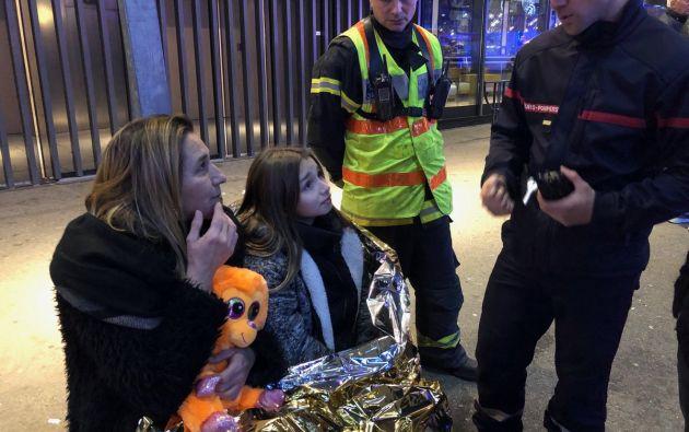 RENNES, Francia.- Los bomberos tuvieron que hacer varios intentos antes de poder socorrer a todos los pasajeros con todas las garantías de seguridad. Foto: Twitter.
