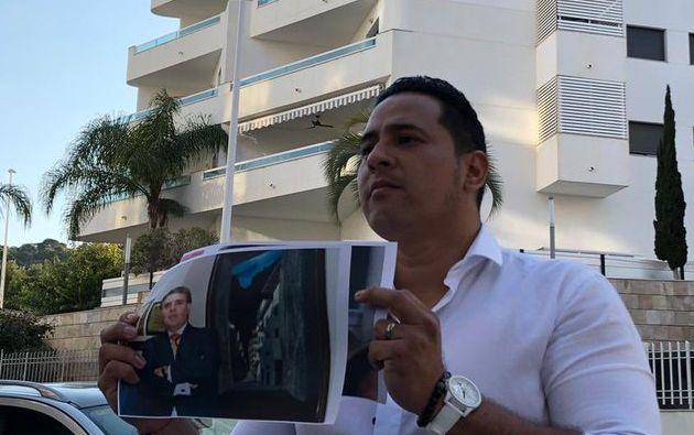El asambleísta Ronny Aleaga frente al edificio en donde la familia de Lenín Moreno tendría un departamento, según denuncia. Foto: @RonnyAleaga.