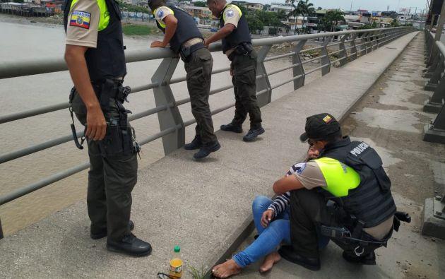 Fotografía en la que aparece la mujer en el suelo descalza y llorando.