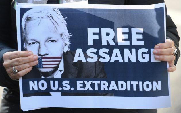 Diputados alemanes y españoles manifestaron frente a la cárcel de Londres en donde se encuentra Julian Assange para protestar por la detención del fundador de WikiLeaks. Foto: AFP