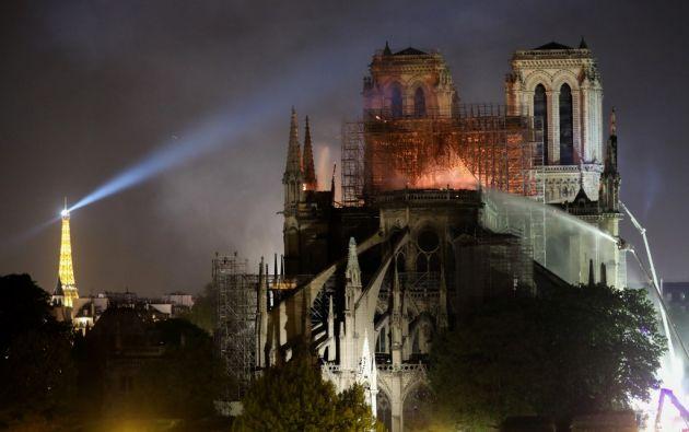 El incendio de Notre Dame se declaró este lunes poco antes de las 19.00 hora local. Foto: AFP.