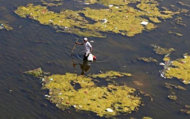 Una persona caminando entre aguas contaminadas del río Sabarmati en Ahmedabad, India. Foto: Reuters.