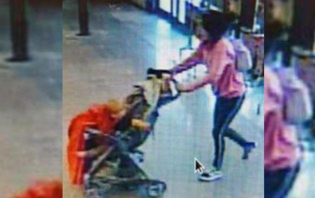 Una cámara de seguridad grabó el instante en que la mujer entra con el menor a una tienda.