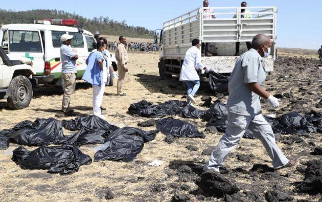 La gente camina en la escena del accidente aéreo del vuelo ET 302 de Ethiopian Airlines. Foto: AFP.