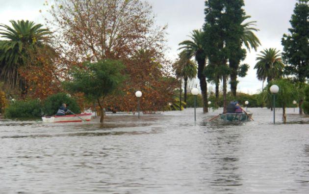Las crecidas de ríos y arroyos obligan a que miles de personas abandonen sus casas; hay afectados en 8 departamentos. Foto: Daniel Rojas