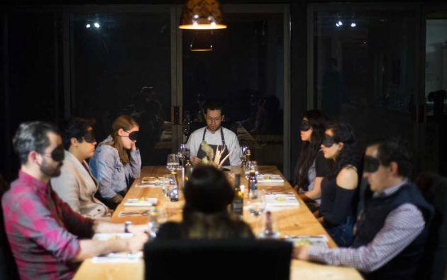 Foto referencial de una cena en la que los asistentes comen sin usar el sentido de la vista. Una similar se realizó en un restaurante de Quito.
