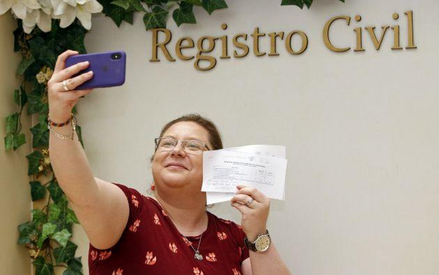 La activista de movimiento Matrimonio Civil Igualitario, Pamela Troya, se toma una selfie después de haber obtenido cita para su matrimonio con Gabriela Correa. Foto: AFP.