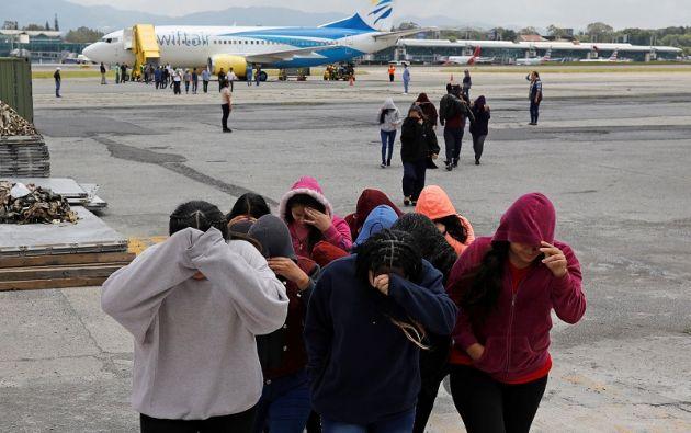 Los inmigrantes guatemaltecos se cubren la cara después de regresar de los Estados Unidos. Foto: Reuters