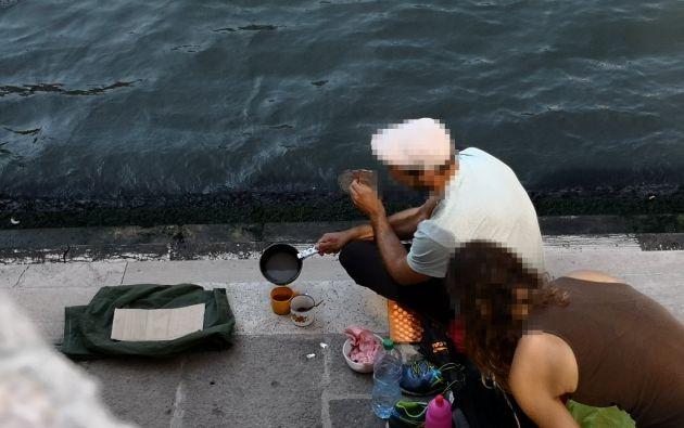Los berlineses se detuvieron a descansar, bajando sus mochilas para preparar una taza de café con un pequeño fogón de gas. Foto: AFP