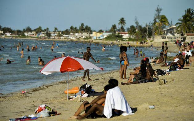 Llegar a las principales playas de la isla se torna difícil para la mayoría de los cubanos, que no tiene automóviles ni dinero. Foto: AFP