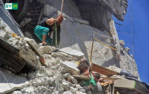 La pequeña Riham falleció poco después de esta foto, mientras que la bebé Tuka y Dalia fueron hospitalizadas en Idlib. Foto: AFP