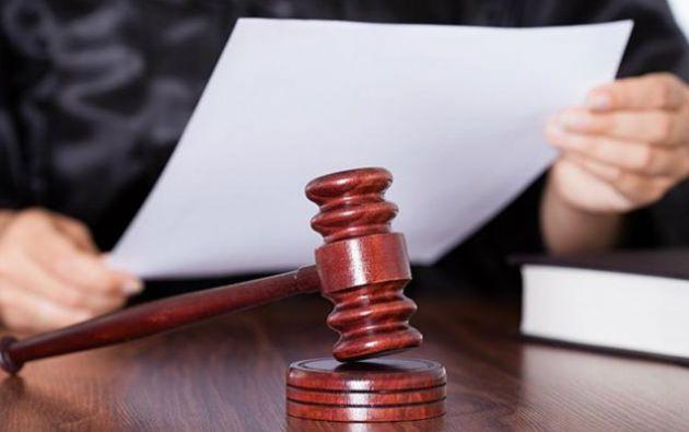 De acuerdo a la tesis del fiscal provincial del Azuay, el acusado presuntamente falló en contra de ley expresa.
