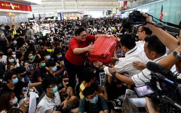 El lunes, el aeropuerto tomó la inusual decisión de anular cientos de vuelos, debido a las manifestaciones. Foto: AFP.