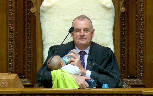 Trevor Mallard, presidente del Parlamento de Nueva Zelanda, es noticia por esta tierna imagen.