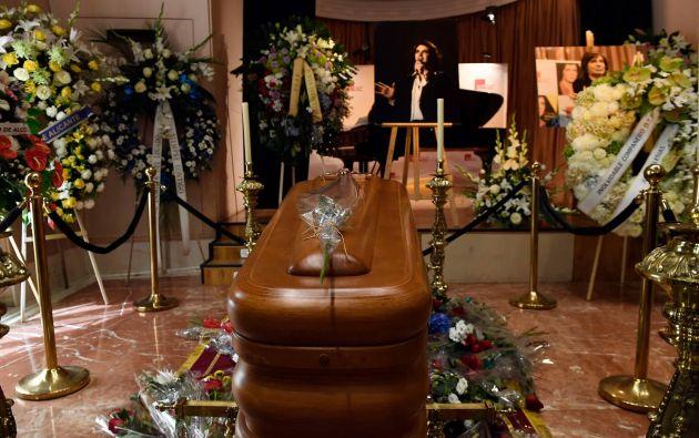 Cerca del mediodía del lunes 9 de septiembre se abrieron las puertas de la capilla donde admiradores del cantante español pudieron darle su último adiós. Foto: AFP.
