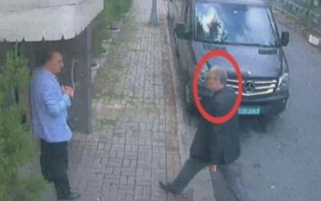 La última imagen de Khashoggi, entrando al consulado saudita en Estambul (Reuters)
