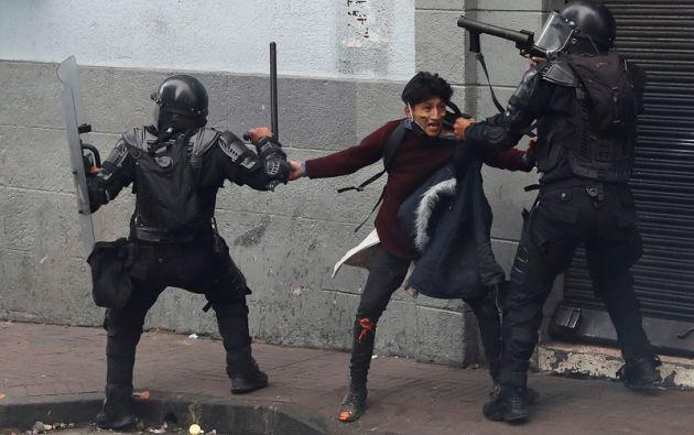 Un manifestante es detenido por miembros de las fuerzas de seguridad durante una protesta. Foto: Reuters