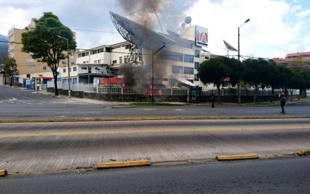 Teleamazonas Quito fue atacado. Los bomberos controlaron el incendio.