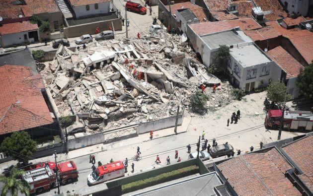 Los bomberos confirmaron que podría haber entre los restos del inmueble entre 10 ó 15 personas atrapadas. Foto: Reuters.