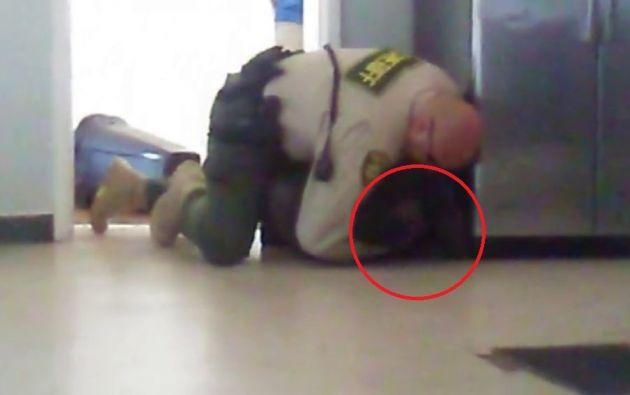 Un compañero del joven grabó la impactante escena con un celular.