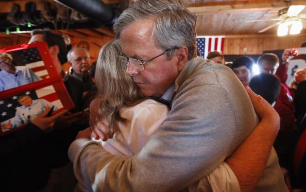 El candidato presidencial republicano y ex gobernador de Florida, Jeb Bush abraza a un miembro del público durante un acto de campaña en Greasewood Pisos Ranch, el 29 de enero de 2016, en Carroll, Iowa. AFP